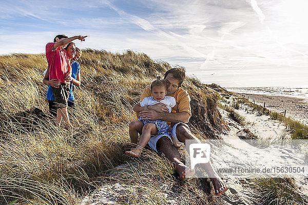 Familie in einer Stranddüne am Meer  Darß  Mecklenburg-Vorpommern  Deutschland