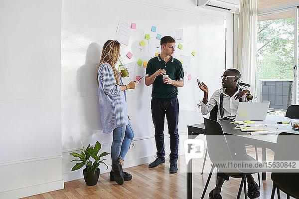 Junge Geschäftsleute im Gespräch in einem modernen Büro
