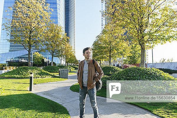 Mann in einem städtischen Park mit Gitarre  Madrid  Spanien