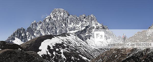 Junge Frau beim Trekking in der Nähe von Gokyo  Himalaya  Solo Khumbu  Nepal