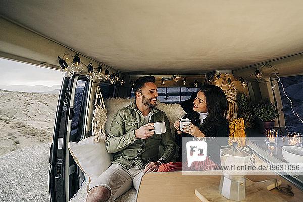 Glückliches junges Paar im Wohnmobil