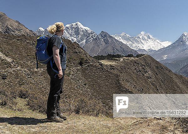 Frau schaut auf Ama Dablam und den Mount Everest  Himalaya  Solo Khumbu  Nepal