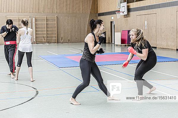 Boxerinnen beim Training in der Sporthalle