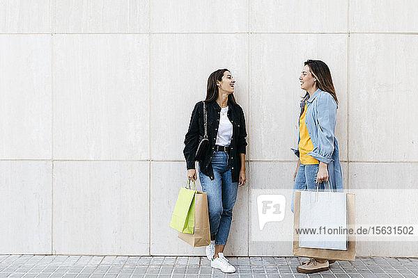 Zwei Freunde unterhalten sich beim Einkaufen