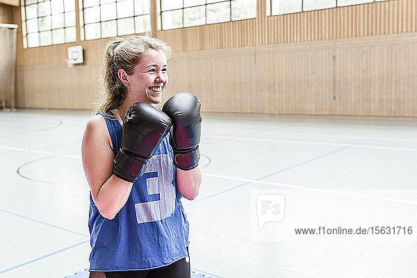 Glückliche Boxerin in Sporthalle