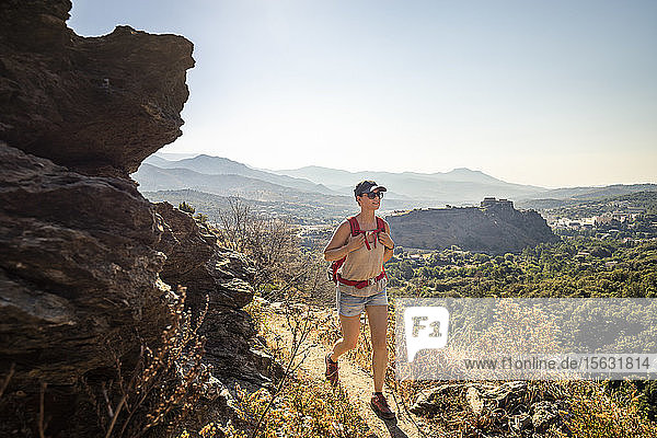 Wanderin während einer Wanderung im Tavignano-Tal  Corte  Haute-Corse  Korsika  Frankreich