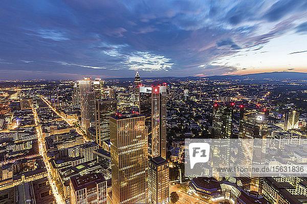 Stadtbild gegen bewölkten Nachthimmel  Frankfurt  Hessen  Deutschland