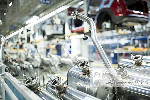 Nahaufnahme von Tanks in einer Autofabrik