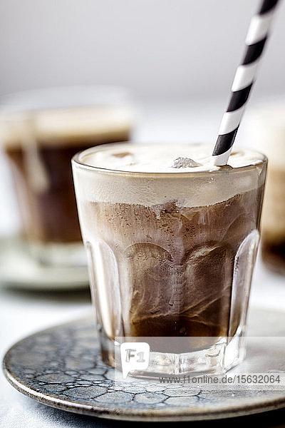 Eiskalter Espresso mit kalter aufgeschäumter Milch