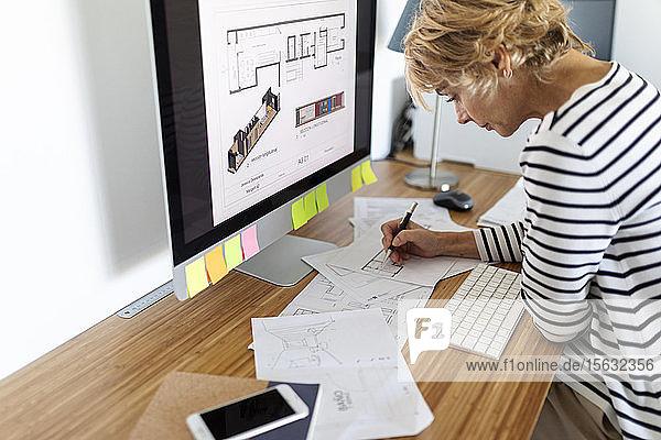 Architektin  die im Home-Office an einem Projekt arbeitet