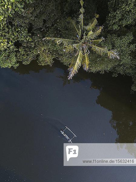 Drohnenschuss eines Bootes auf dem Fluss bei Bali  Indonesien