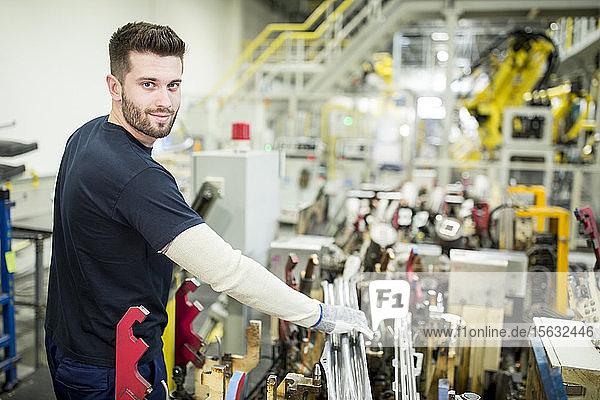 Porträt eines selbstbewussten Mannes  der in einer modernen Fabrik arbeitet