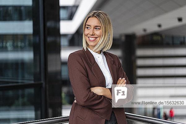Porträt einer selbstbewussten jungen Geschäftsfrau in der Stadt