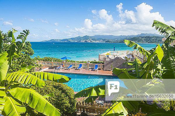 Hochwinkelansicht eines Swimmingpools am Meer vor blauem Himmel in Grenada  Karibik