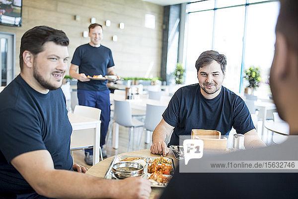 Kollegen machen Mittagspause in der Kantine