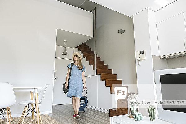 Tourist betritt modernes Ferienhaus