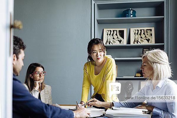 Architekten bei einem Treffen  bei dem ein Projekt besprochen wird