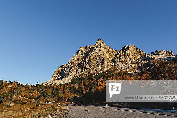 Herbstliche Berglandschaft  Dolomiten  Cortina  Italien