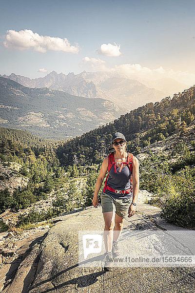 Wanderin während der Wanderung  Haute-Corse  Korsika  Frankreich