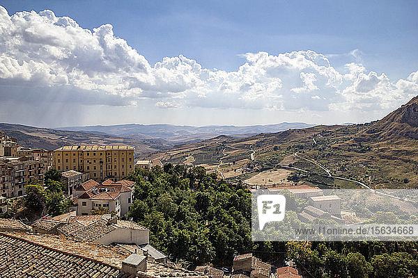 Hochwinkelansicht von Häusern auf dem Berg gegen bewölkten Himmel am sonnigen Tag  Sizilien  Italien