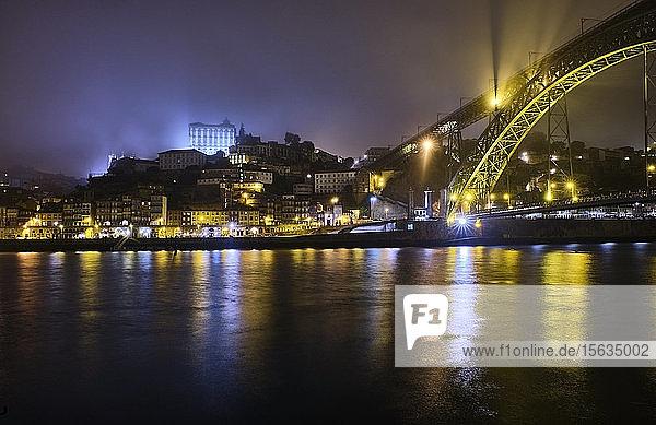 Portugal  Porto  Douro  die beleuchtete Stadt und die Dom Luis I-BrÃ?cke Ã?ber Wasser gesehenÂ