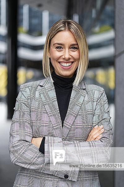 Porträt einer selbstbewussten jungen Geschäftsfrau