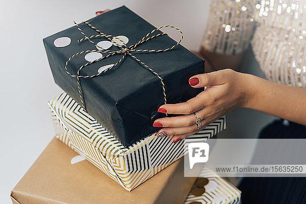 Junge Frau mit Geschenken