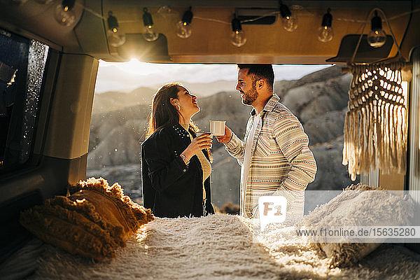 Junges Paar auf einer Reise mit einem Wohnmobil bei Sonnenuntergang  Almeria  Andalusien  Spanien