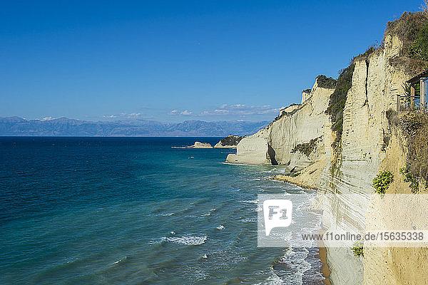 Szenische Ansicht der Klippe am Strand von Loggas gegen den blauen Himmel  Korfu  Ionische Inseln  Griechenland