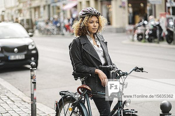 Frau mit Fahrrad in der Stadt  Berlin  Deutschland