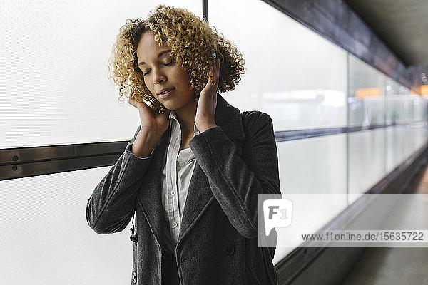 Frau  die mit geschlossenen Augen Musik hört