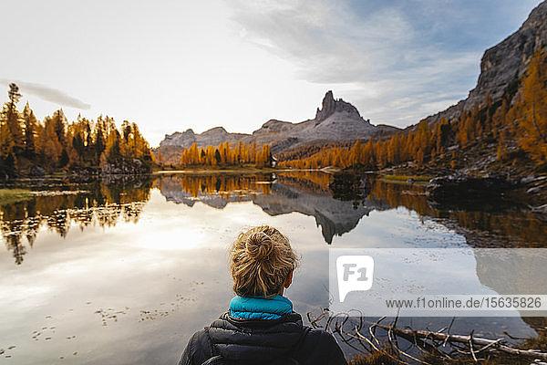 Wanderin beim Blick auf die Berglandschaft mit See bei Tagesanbruch  Dolomiten  Cortina  Italien