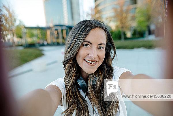 Junge Frau  die eine Selfie nimmt