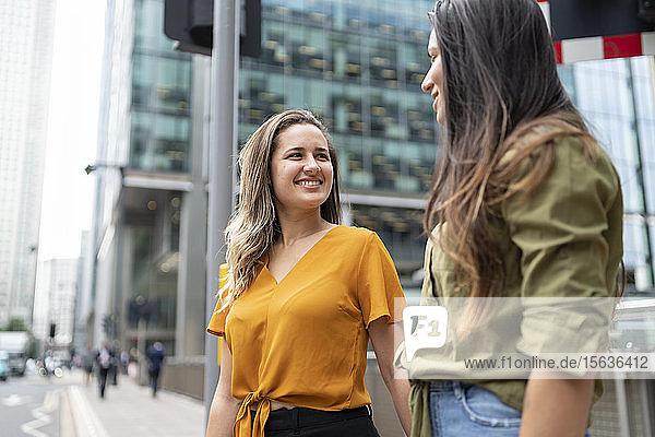 Glückliches lesbisches Paar in der Stadt  London  UK Glückliches lesbisches Paar in der Stadt, London, UK