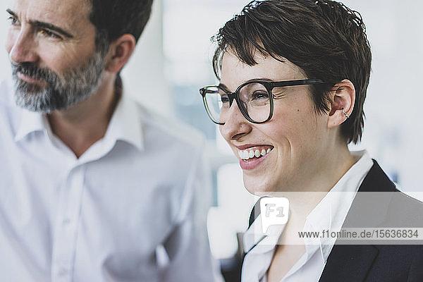 Porträt einer glücklichen Geschäftsfrau und eines Geschäftsmannes