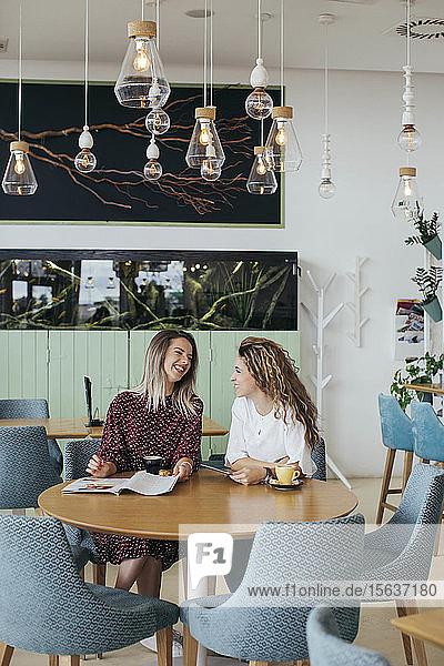 Freunde trinken Kaffee in einem Cafe