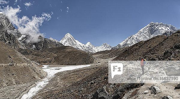 Frau vor dem Pumori-Berg  Himalaya  Solo Khumbu  Nepal