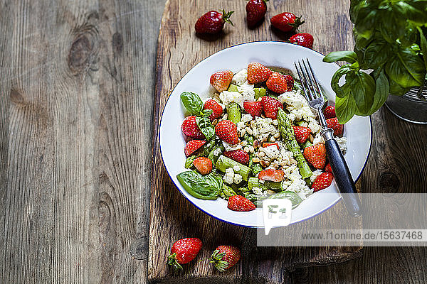 Grüner gemischter Salat mit grünem Spargel