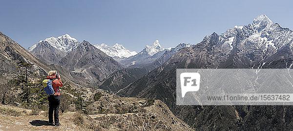Frau wandert den Everest-Basislager-Trek  Himalaya  Solo Khumbu  Nepal