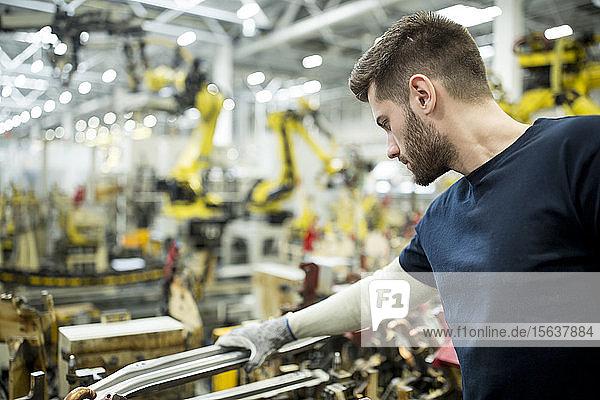 Mann arbeitet in einer modernen Fabrik