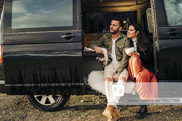 Junges Paar auf einer Reise in einem Wohnmobil bei einer Pause