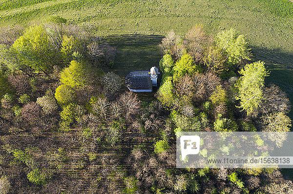 Luftaufnahme der Kapelle St. Georg inmitten von Bäumen  Ascholding  Deutschland