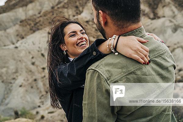 Glückliches junges Paar umarmt sich in ländlicher Landschaft  Almeria  Andalusien  Spanien