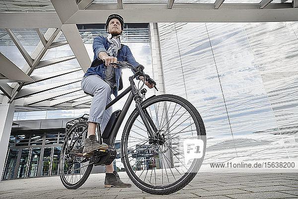 Student auf seinem E-Bike an der Goethe-Universität in Frankfurt  Deutschland