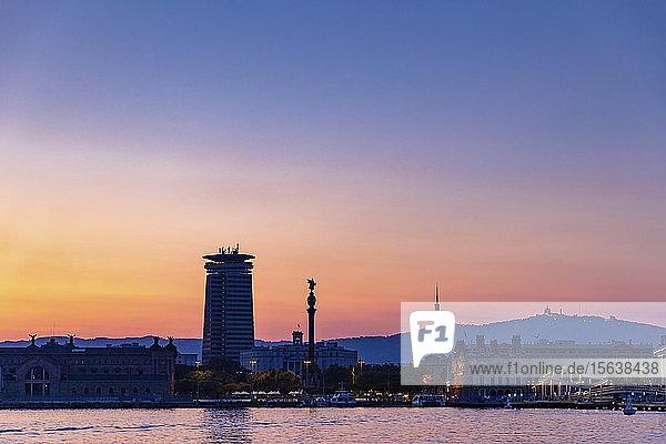 Panoramablick auf die Stadt Barcelona bei Sonnenuntergang  Spanien