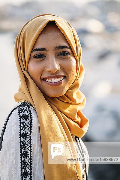 Junge muslimische Frau mit Hidschab
