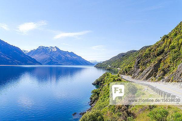 Blick auf den Wakatipu-See gegen den Himmel bei Queenstown  Südinsel  Neuseeland