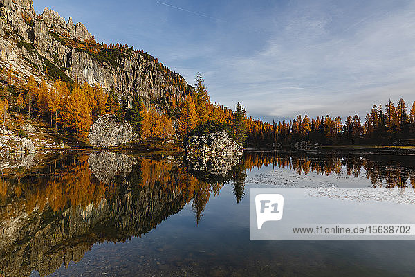 Herbstliche Berglandschaft im Spiegel des Sees  Dolomiten  Cortina  Italien