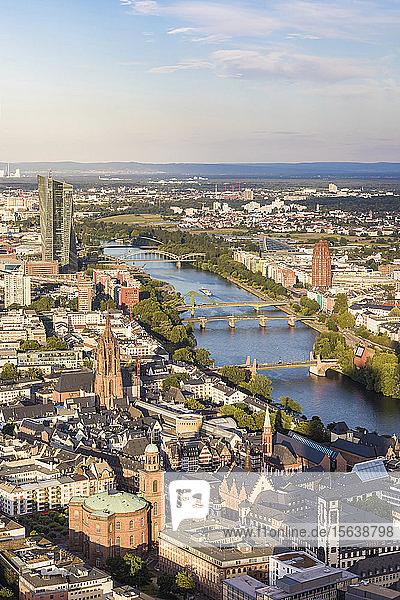 Hochwinkelansicht der Stadtlandschaft gegen den Himmel  Frankfurt  Hessen  Deutschland