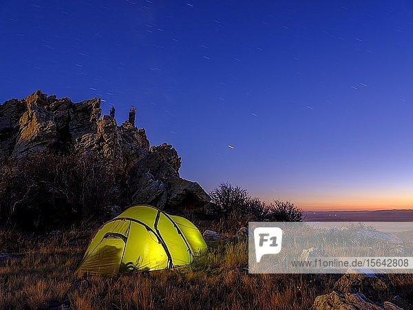 Zelt unter einem Felsen bei Abenddämmerung  Töw Aimag  Töw Provinz  Mongolei  Asien